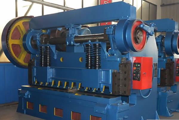 性能与特点: 该剪板机结构紧凑,操作简便,造型美观大方,能耗低。广泛应用于冶金、轻工、机械、汽车、电机电器、仪表、五金等行业中厚钢板剪切之用。 该机床是铸机机身结构的机械传动剪板机。 采用底传动形式,结构简单,操作灵活可靠,维护保养便利。 本机床适用于板金加工厂、电机、电器、汽车制造及其它一切薄板加工车间,由于机床上装有定长后档料装置,适应大批量剪切,提高劳动效率。 机体部分均为铸造铁件,有:左立柱;工作台;前横梁;后横梁;右立柱;拉紧螺杆;落料板